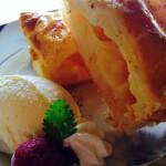 「アップルパイ」 開店当初からの根強い人気ケーキ 。アツアツのパイ生地の上に濃厚バニラアイスをのせて一緒にどうぞ!テイクアウトも人気です!